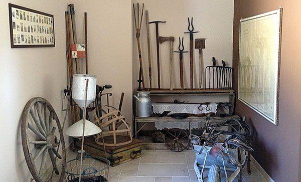 Raccolta di attrezzi utilizzati dai contadini siciliani nel XIX e XX secolo