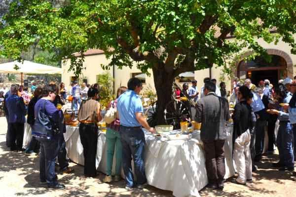 Buffet ricco di prodotti tipici siciliani in agriturismo in Sicilia. Per comunioni e cresime in agriturismo.