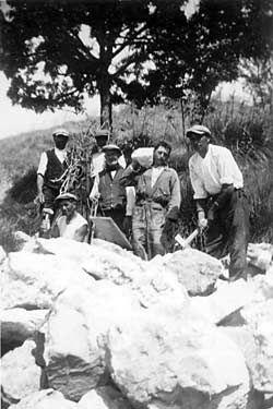 Contadini siciliani sui campi di lavoro