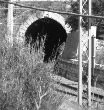 Immagine di una galleria della ferrovia di Marianopoli adibita al trasporto dello zolfo
