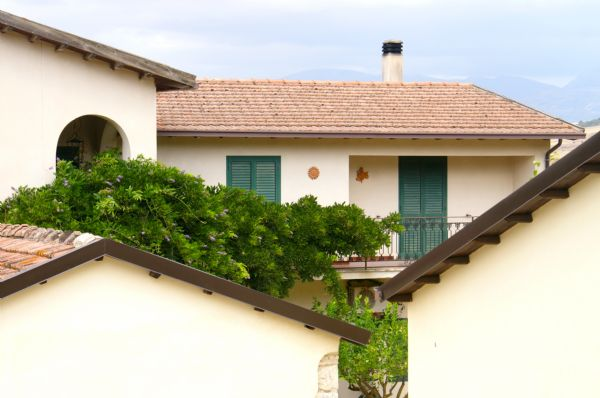 Veduta esterna del casale. L'abitazione e le sale.