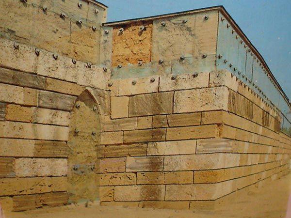 Edificate nel IV secolo a.C. dal tiranno Timoleonte,originario di Corinto, le antiche mura greche,  realizzate con grandi blocchi di tufo e uniche nel loro genere in Sicilia, si ergono tra altopiani e dirupi della collina gelese di Caposoprano