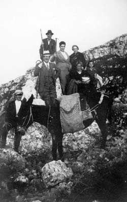 Il notaio Antonino Manasia in campagna con la moglie Giuseppina ed altri amici e parenti
