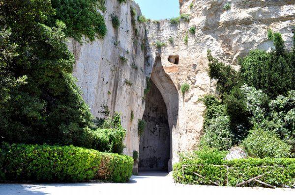 L'antica grotta calcarea nota come Orecchio di Dionisio, all'interno del parco archeologico di Siracusa, che prende il nome da uno dei cinque tiranni che si sono succeduti nei secoli della dominazione greca e che hanno fatto la storia della Sicilia antica
