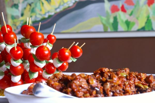 pomodorini siciliani, mozzarelle e caponata siciliana
