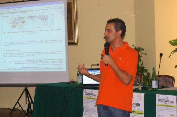 Nino Argentati espone durante il seminario i siti web di qualità