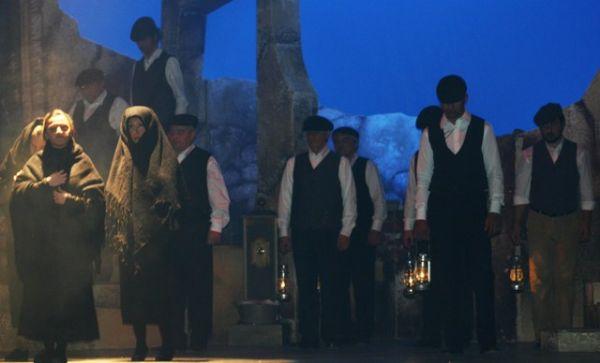 Immagine di una rappresentazione teatrale sulle miniere di zolfo