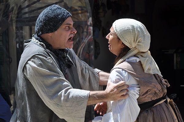 Attori siciliani che rappresentano una scena di Colapesce.