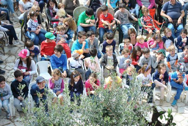 bambini seduti assistono al teatro all'aperto in Sicilia