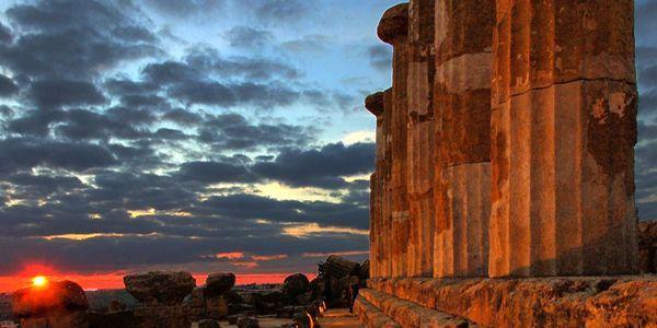 Tramonto fra le colonne del tempio di Giunone ad Agrigento, testimonianza del prestigio e del ruolo egemone che l'antica colonia di Akragas ricopriva fra le città greche di Sicilia