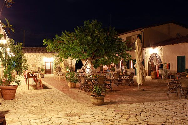 Vista notturna della villa per cerimonie