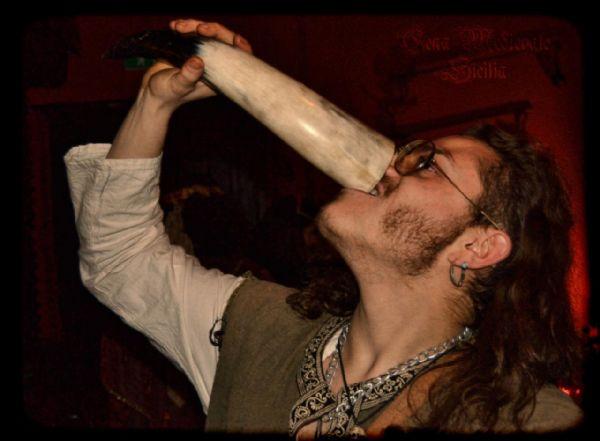 Un uomo medievale beve vino ippocratico
